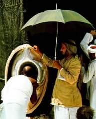 Muslim Mencium Batu Berhala Hajar Aswad