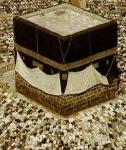 Muslim melakukan ritual menyembah berhala Kabah (batu Hajar Aswad)